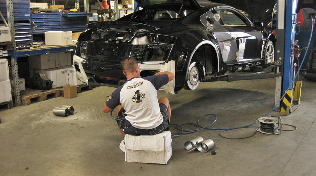 Audi R8 Sportauspuff bei der Anpassung und Montage